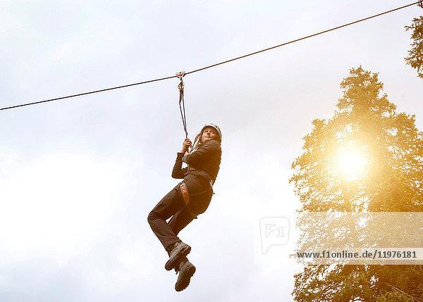 Teenager-Mädchen auf Seilrutsche