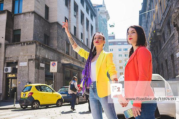 Frau auf Städtereise  die ein Taxi ruft  Mailand  Italien