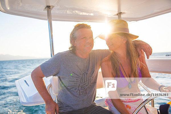 Ehepaar entspannt sich auf einer Yacht  Ban Koh Lanta  Krabi  Thailand  Asien