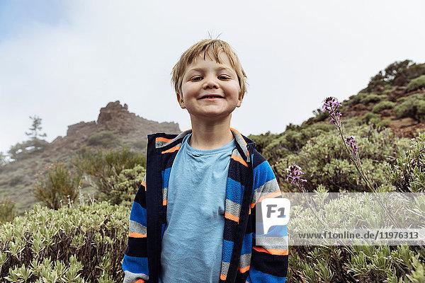 Porträt eines süßen Jungen am Teide  Teneriffa  Kanarische Inseln