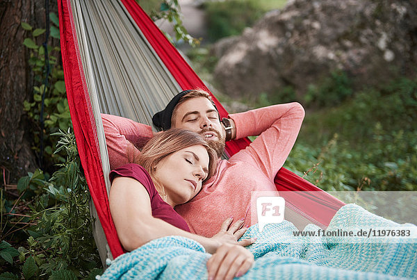 Paar entspannt in Hängematte mit geschlossenen Augen schlafend  Krakau  Malopolskie  Polen  Europa