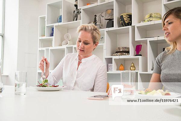 Geschäftsfrauen beim Arbeitsessen im Büro