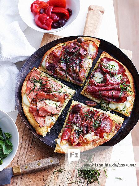 Aufschnittpizza in Pizzaform  Draufsicht