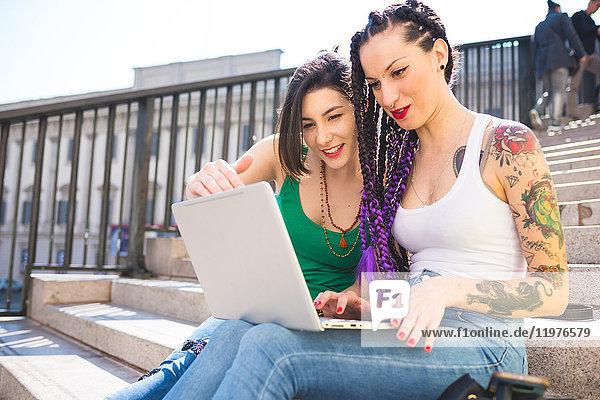 Frauen auf Städtereise mit Laptop  Mailand  Italien