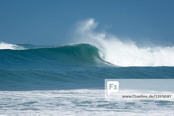 Meereswelle und Gischt gegen blauen Himmel  Santa Cruz  Guanacaste  Costa Rica