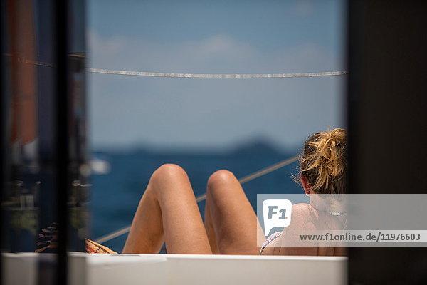 Rückansicht einer Frau beim Sonnenbaden auf einer Yacht  Ban Koh Lanta  Krabi  Thailand  Asien