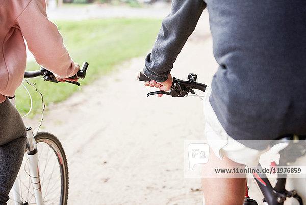 Älteres Paar beim Radfahren entlang des Weges  Rückansicht  Mittelteil