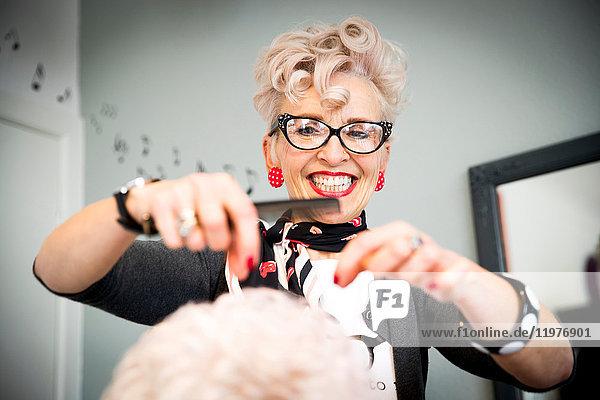 Frau arbeitet in einem Friseursalon