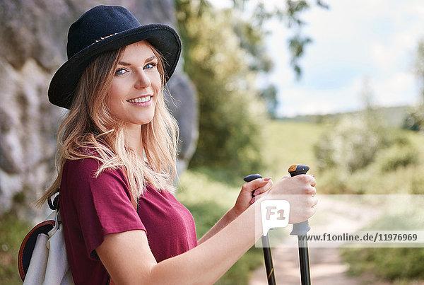Porträt einer Frau mit Wanderstöcken  die lächelnd in die Kamera blickt  Krakau  Malopolskie  Polen  Europa