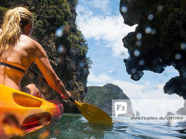 Rückansicht einer Seekajakfahrerin  Koh Hong  Thailand  Asien Rückansicht einer Seekajakfahrerin, Koh Hong, Thailand, Asien