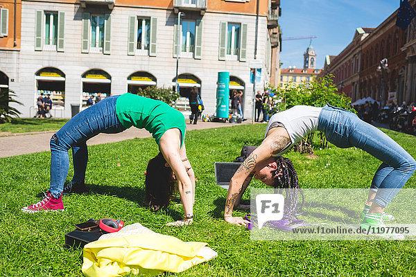 Frauen machen Handstand mit gewölbtem Rücken  Mailand  Italien