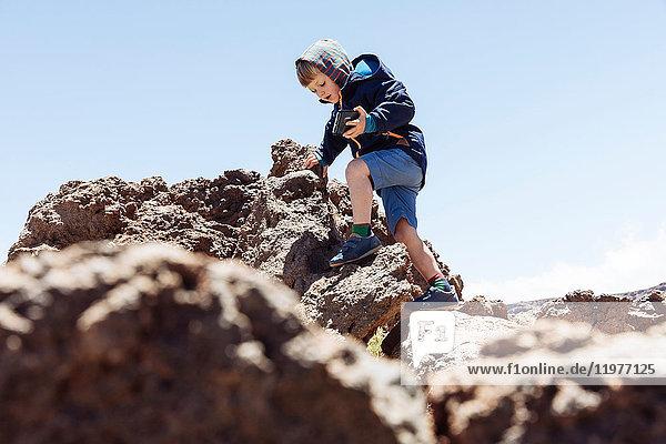 Junge klettert auf Felsen am Teide  Teneriffa  Kanarische Inseln