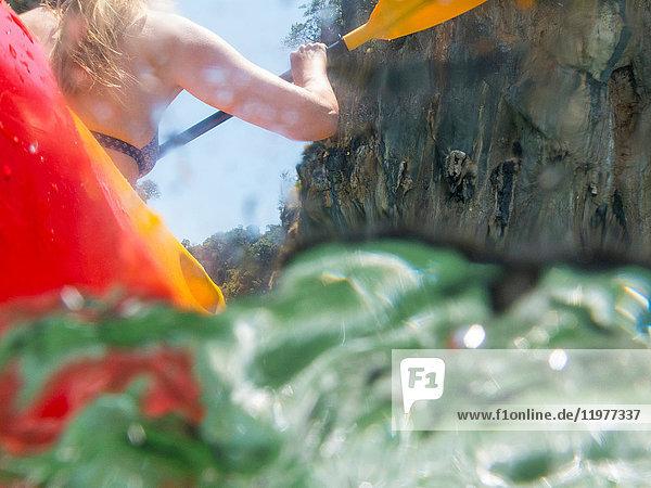 Rückansicht einer Seekajakfahrerin  Koh Hong  Thailand  Asien