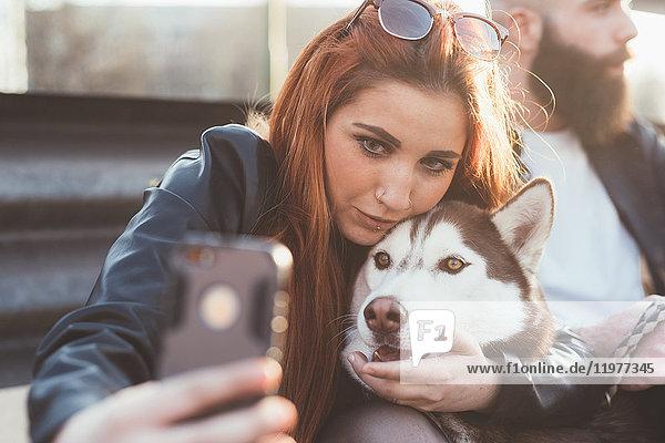 Junge Frau  die mit Hund Selbsthilfe nimmt