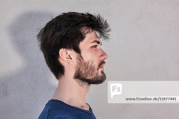 Kopf und Schulter Seitenansicht Portrait eines jungen Mannes mit Bart