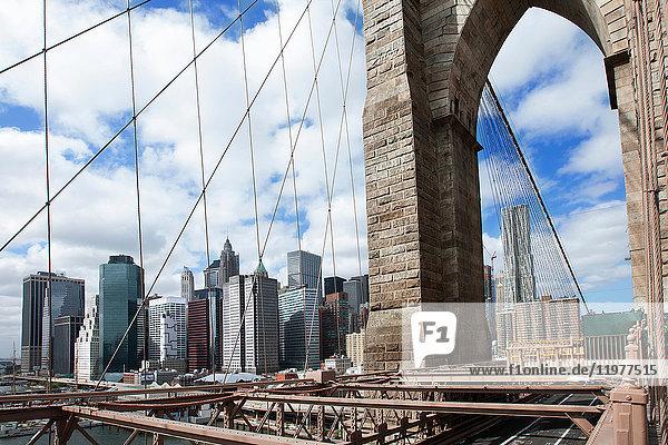Brooklyn Bridge und die Skyline von New York  New York City  New York  USA