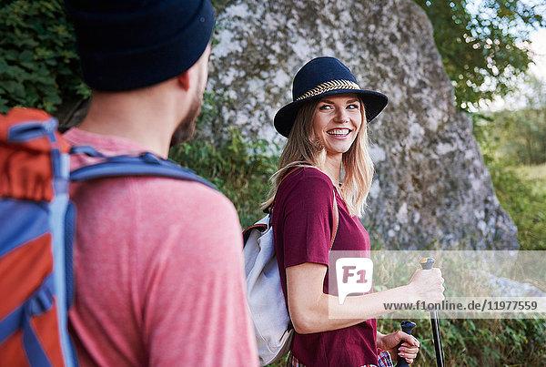 Paar beim Wandern  lächelnd  Krakau  Malopolskie  Polen  Europa
