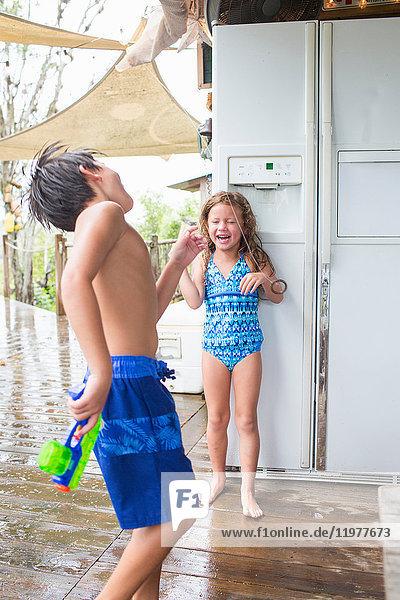 Bruder und Schwester spielen Hook the Hoop
