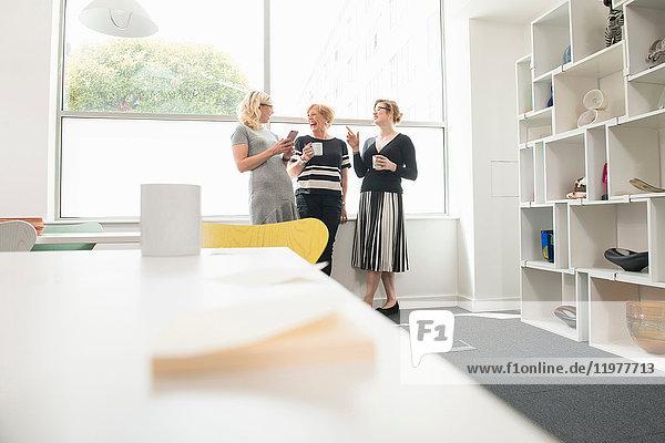 Frauen mit Kaffeepause im Büro