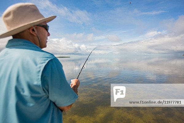 Mensch beim Fischen im Golf von Mexiko  Homosassa  Florida  USA