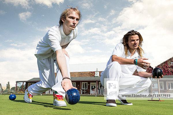 Zwei junge Männer rasen auf Bowling-Grün