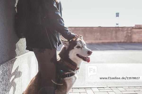 Schrägansicht eines Mannes mit Hund
