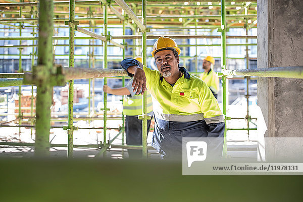 Bauarbeiter auf Gerüsten