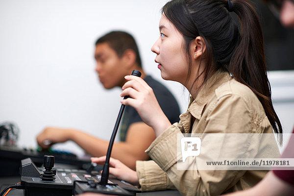 Junge Studentinnen und Studenten am Mischpult im Fernsehstudio