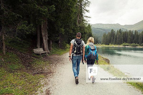 Rückansicht eines Wanderpaares am See  Tirol  Steiermark  Österreich  Europa
