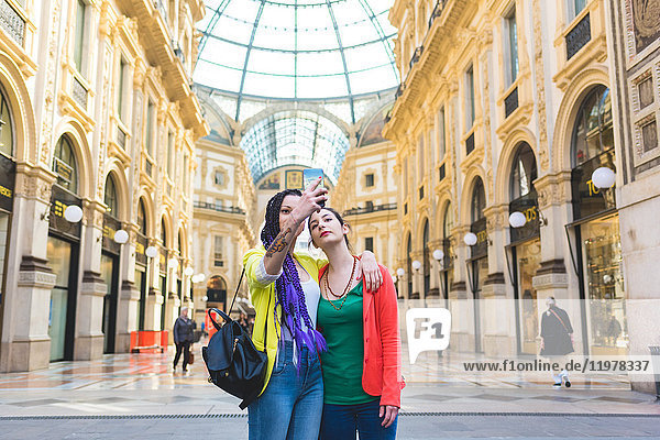 Frauen bei der Selbsthilfe in der Galleria Vittorio Emanuele II  Mailand  Italien
