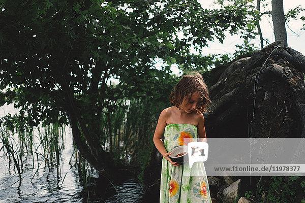 Junges Mädchen im Freien  hält Schale mit Beeren