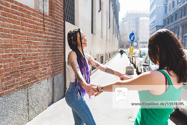 Frauen in der Stadt tanzen auf der Straße  Mailand  Italien