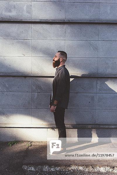 Porträt eines bärtigen Mannes in Seitenansicht in voller Länge