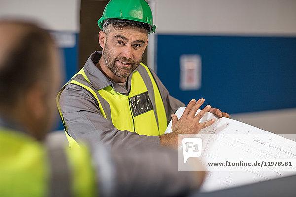 Bauarbeiter im Gespräch auf der Baustelle