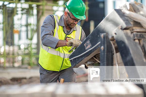 Bauarbeiter mit schweren Maschinen