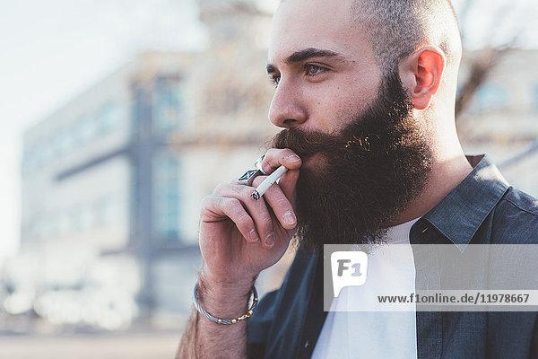 Rauchender bärtiger Mann