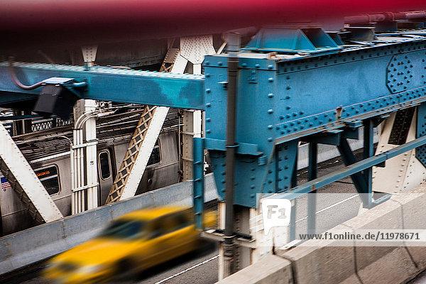Gelbes Taxi fährt über die Manhattan Bridge  New York City  New York  USA