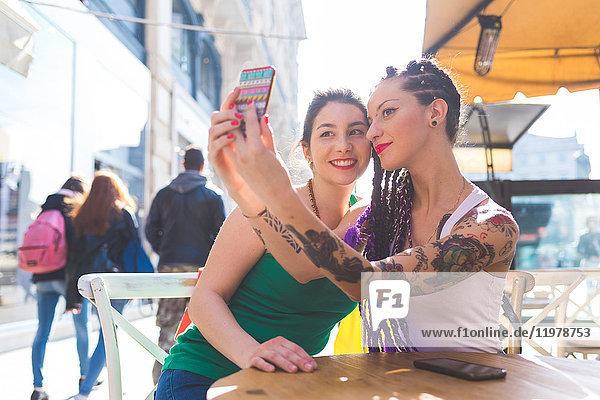 Frauen auf Städtereise im Outdoor-Café beim Selfie  Mailand  Italien