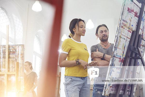 Künstler  die sich die Malerei im Atelier anschauen
