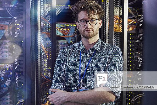 Portrait selbstbewusster IT-Techniker im Serverraum