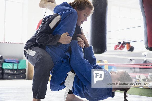 Entschlossene Frauen beim Judo-Training im Fitnessstudio