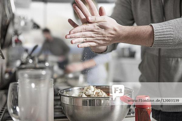 Nahaufnahme des Mannes bei der Zubereitung des Essens in der Küche