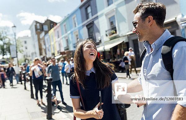 UK  London  Portobello Road  Paar mit Spaß