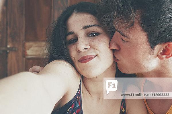 Porträt eines jungen Paares  das sich mit sich selbst beschäftigt.
