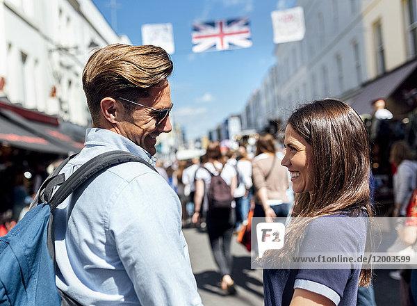 UK  London  Portobello Road  glückliches Paar von Angesicht zu Angesicht