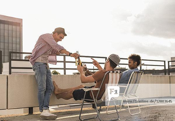 Drei Freunde bei einer Dachparty