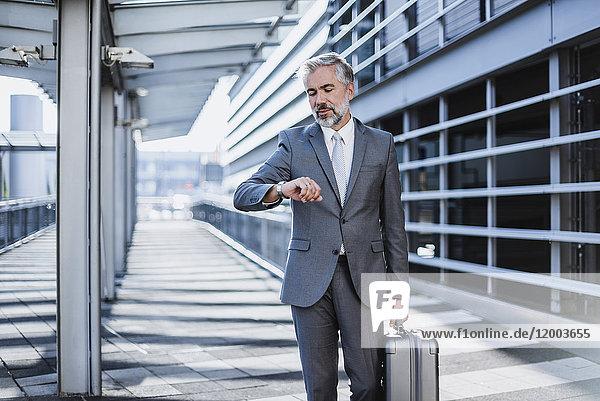 Geschäftsmann auf Geschäftsreise mit Zeitkontrolle