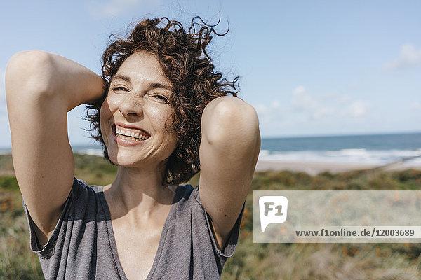 Porträt einer glücklichen Frau an der Küste
