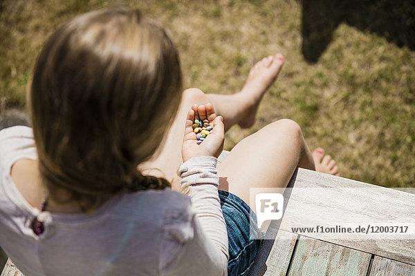 Mädchen hält Süßigkeiten in den Händen