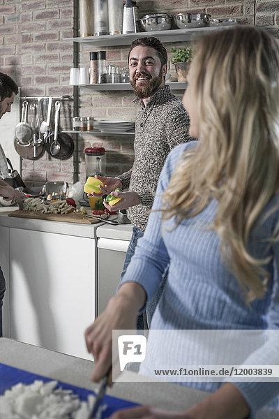 Freunde bei der Zubereitung einer gesunden Mahlzeit in der Küche